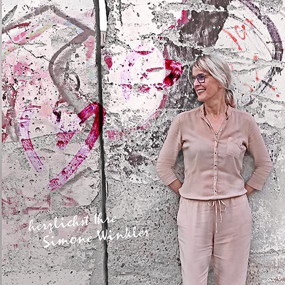 by S Women-Damenboutique und Fashion mit Damenmode in Cottbus mit der Inhaberin Simone Winkler bietet Shuhe, Accesoires, Mode, Schmuck am Altmarkt in Cottbus